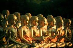 安排堆在佛教寺庙tha的金黄菩萨雕象 图库摄影