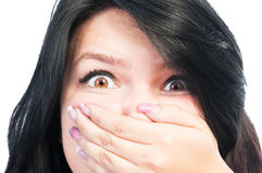 安排害怕的女孩她的嘴盖由另一位女性 库存照片