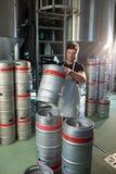 安排小桶的男性工作者 库存照片