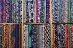安排显示五颜六色的织品 免版税库存图片
