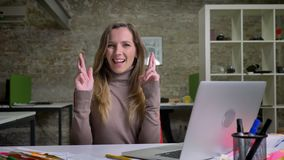 安排有希望的白种人女性的办公室工作者特写镜头画象她的急切地但愿 影视素材