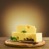 安排用在厨房切板的开胃乳酪 库存图片