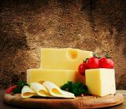 安排用在厨房切板的开胃乳酪 图库摄影
