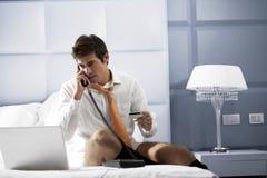 安排电话轻松的预定的生意人 库存图片