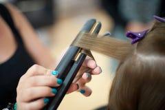 安排的女傧相她的头发做 免版税库存照片