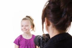 安排的女孩她的照片被采取年轻人 免版税图库摄影