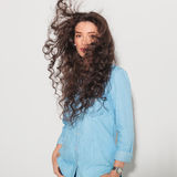 安排的妇女她的头发吹由风 库存照片