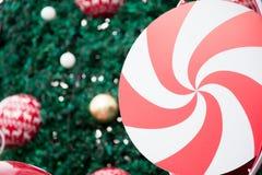 安排糖果和圣诞树用美好的对象装饰了 库存图片