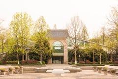 安排美术馆和平定水池的花 免版税库存照片