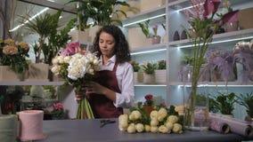 安排花束的俏丽的卖花人花 股票录像