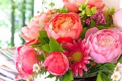安排花束装饰花在家 免版税库存图片