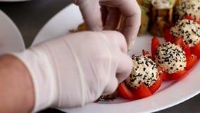 安排茄子卷用在板材的红萝卜的厨师 股票视频