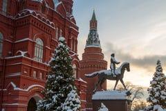 安排茹科夫的纪念碑在Manezhnaya广场在冬天反对落日的背景 图库摄影