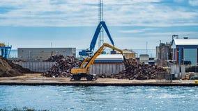 安排铁废物的起重机 免版税库存图片