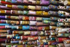 安排销售五颜六色的纺织品 库存图片