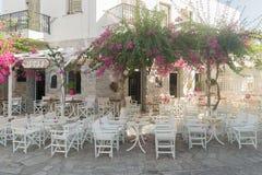 安提帕罗斯岛,希腊, 2015年8月12日 安提帕罗斯岛咖啡店准备欢迎游人和当地人在美好的环境里 库存图片