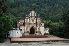 安提瓜岛教会危地马拉路旁 图库摄影