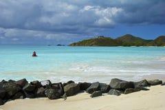 安提瓜岛的海滩全景 库存图片