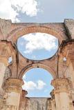 安提瓜岛,危地马拉:圣地亚哥大教堂废墟,在1545年建造 免版税库存图片