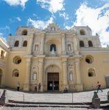 安提瓜岛,危地马拉- 2017年11月11日:大教堂在安提瓜岛,危地马拉 安提瓜岛是在southe的火山包围的一个小城市 免版税库存照片