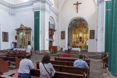 安提瓜岛,危地马拉- 2017年11月11日:安提瓜岛,危地马拉的大教堂内部  安提瓜岛是火山包围的一个小城市 库存照片