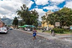 安提瓜岛,危地马拉- 2017年11月11日:安提瓜岛,危地马拉的街市 安提瓜岛是在来自南方的风暴的火山包围的一个小城市 免版税图库摄影