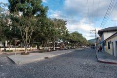 安提瓜岛,危地马拉- 2017年11月11日:安提瓜岛,危地马拉的街市 安提瓜岛是在来自南方的风暴的火山包围的一个小城市 免版税库存照片