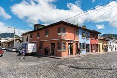 安提瓜岛,危地马拉- 2017年11月11日:安提瓜岛,危地马拉的都市风景 安提瓜岛是在southe的火山包围的一个小城市 免版税库存图片