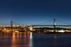 安格斯桥梁连接达特矛斯l 12月哈利法克斯macdonald晚上新星反映scotia被采取对水 连接哈利法克斯到达特矛斯的Macdonald桥梁 库存图片