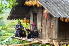 安沛市,越南- 2016年9月17日:Hmong缝合衣物的少数族裔妇女在他们的房子 免版税库存照片