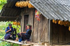 安沛市,越南- 2016年9月17日:Hmong缝合衣物的少数族裔妇女在他们的房子 库存照片