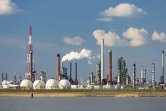 安特卫普口岸精炼厂和储气坦克 库存照片