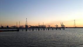 安特卫普港口在一个夏天晚上 免版税库存照片