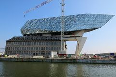 安特卫普港的新的港口办公室在比利时 库存图片