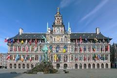 安特卫普香港大会堂和Brabo喷泉,比利时 免版税库存照片