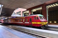 安特卫普,比利时- 2015年5月11日:在安特卫普中央驻地的比利时火车 免版税库存图片
