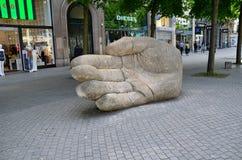 安特卫普,比利时- 2015年5月10日:在梅厄街道上的大手雕象在安特卫普 免版税库存图片