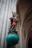 安特卫普,比利时- 2011年6月19日:我们的夫人大教堂的内部  库存图片