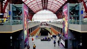 安特卫普,比利时-案纳2019年:乘客和通勤者在美丽,历史和巨大的安特卫普火车里面 股票视频