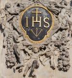 安特卫普-从西部圣查尔斯Boromeo巴洛克式的教会门户的阴险的人巴洛克式的纹章  图库摄影