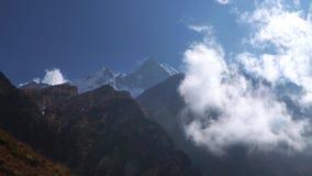 安纳布尔纳峰地区山timelapse 云彩Timelapse在山附近的 尼泊尔 股票录像