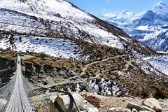 安纳布尔纳峰足迹,尼泊尔 在小船桥日好的9月暂挂水之下 免版税库存照片
