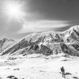 安纳布尔纳峰,尼泊尔- 2015年11月13日:游人在Tilicho湖附近为喜马拉雅山照相4920 m,安纳布尔纳峰 免版税库存图片
