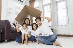 安置一个年轻家庭的愉快的亚洲家庭观念 免版税库存照片