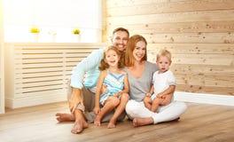 安置一个年轻家庭的Cept 母亲父亲和孩子新的 免版税库存照片