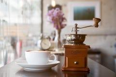 安置与咖啡磨房一起的热的咖啡 库存图片
