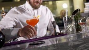 安置与新鲜的做的鸡尾酒的侍酒者一块玻璃 股票录像