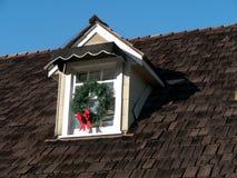 安置与木屋顶和顶楼窗口的细节 免版税库存图片