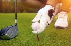 安置与高尔夫球的手一个发球区域 免版税库存图片