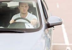 安置停车处时钟的人在汽车仪表板 免版税库存照片